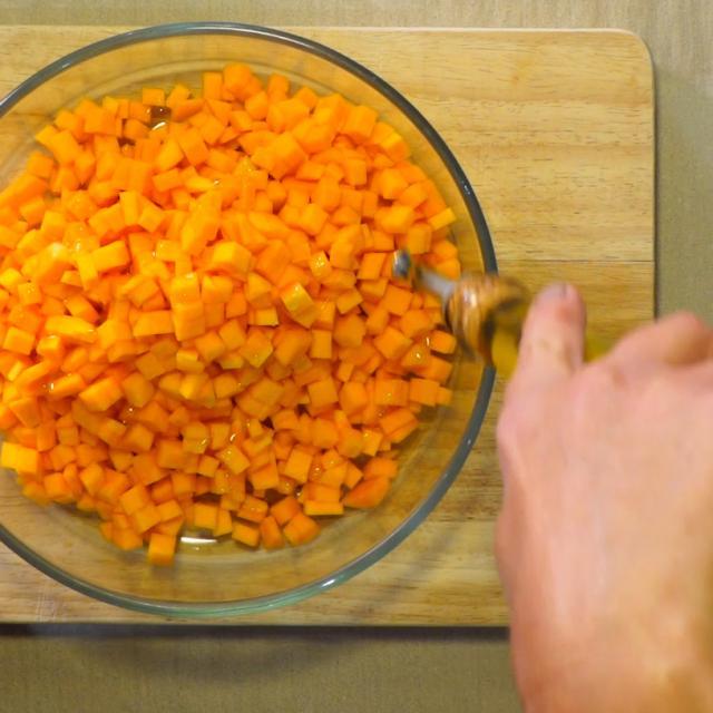 Arroser le butternut d'un filet d'huile d'olive