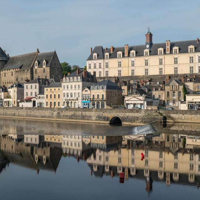 Vue du Vieux château et du château neuf de Laval