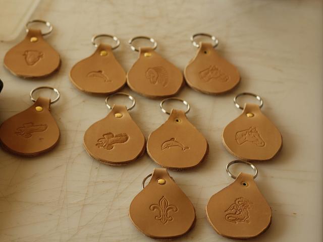 Apprendre a travailler le cuir - Ferme de la Papiniere - Porte cle en cuir - Saint Georges de Buttavent