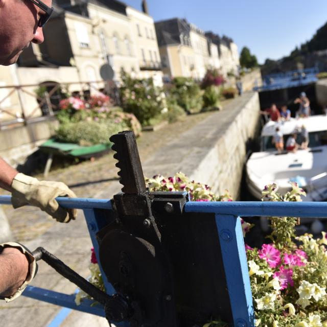 Croisiere en bateau habitable sur la Mayenne - Passage d'une écluse