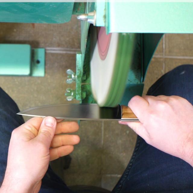Tutoriel Aiguiser Un Couteau. Etape 3 Enlever les particules de morfil à l'aide d'une frotte à coton
